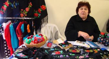 Zdjęcie przedstawia Panią Mariannę Madanowską ze swoimi wyrobami
